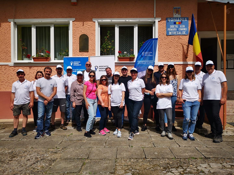 În fața primăriei comunei Întregalde (jud. Alba) - sursa: Dumitru Chisăliță, Facebook