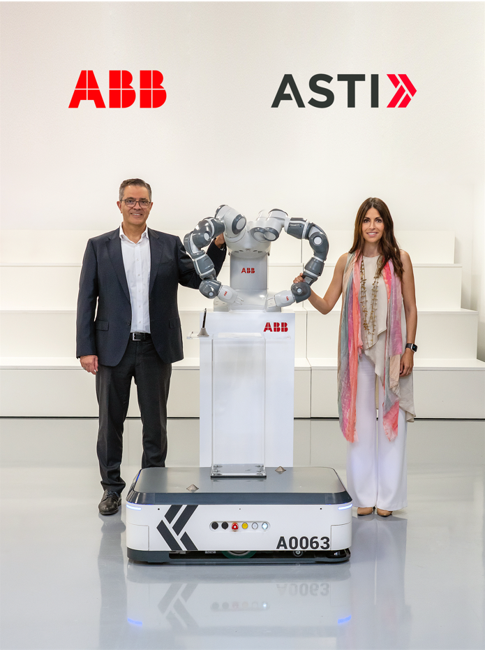 Sami Atiya, Președintele business-ului Robotics & Discrete Automation al ABB și Veronica Pascual Boé, ASTI CEO - sursa foto: ABB